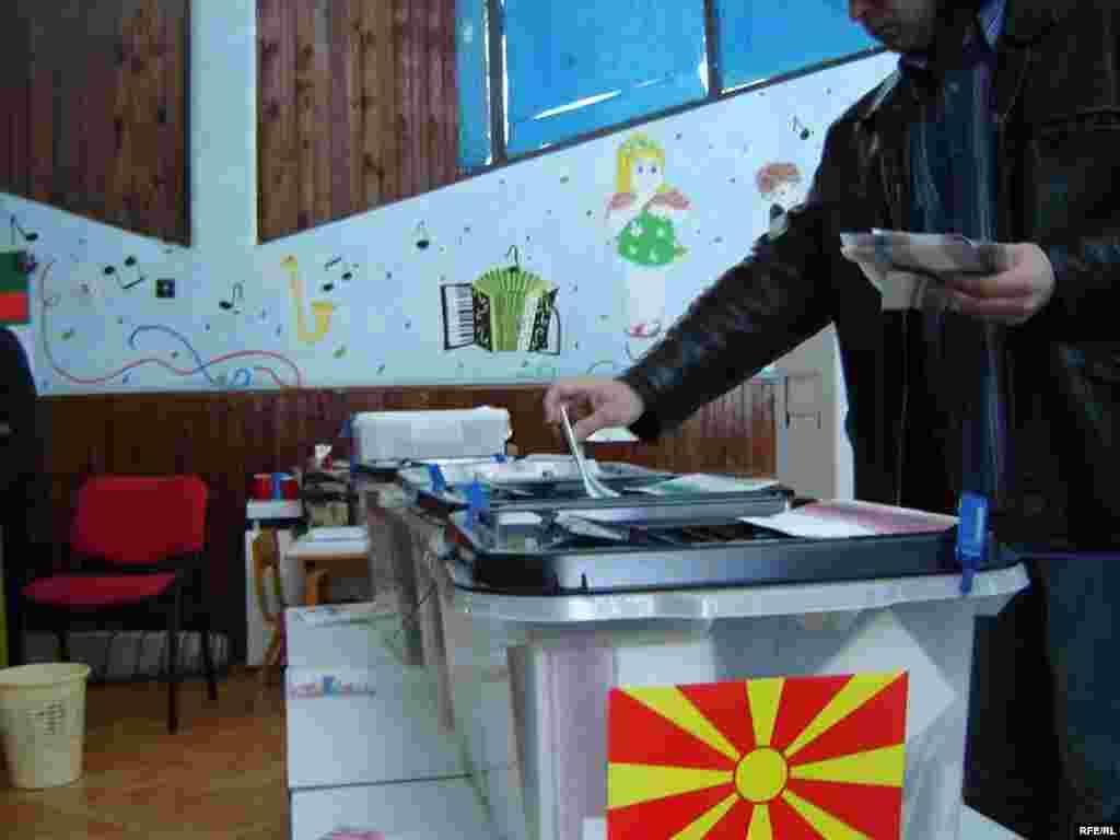 Glasanje - Osim predsednika građani Makedonije biraju i gradonačelnike i članove Saveta u 84 opštine i u gradu Skoplju.