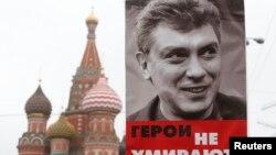 Борис Немцовты еске алу шеруінде шерушілер ұстап шыққан Немцовтың портреті. Мәскеу, 1 наурыз 2015 жыл.