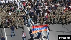 У Єревані до протестувальників приєдналися військові, 23 квітня 2018 року