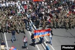 Военные и студенты на улицах Еревана. 23 апреля.