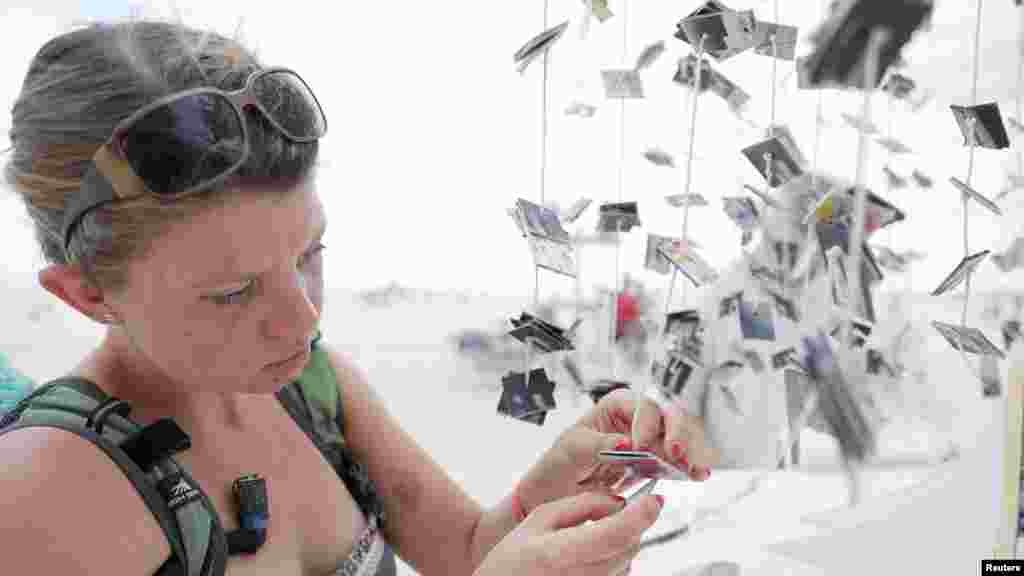 Американская художница российского происхождения Рита Путивская у «Святилища потерянных мгновений»