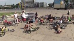 У Сумах велоактивісти «смертю» на площі нагадали владі про обіцяні велодоріжки