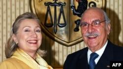 АҚШ давлат котиби Ҳ.Клинтон (ч) ва Тунис президенти вазифасини вақтинча бажараётган Фуад Мебазаа, Тунис, 17 март, 2011 йил