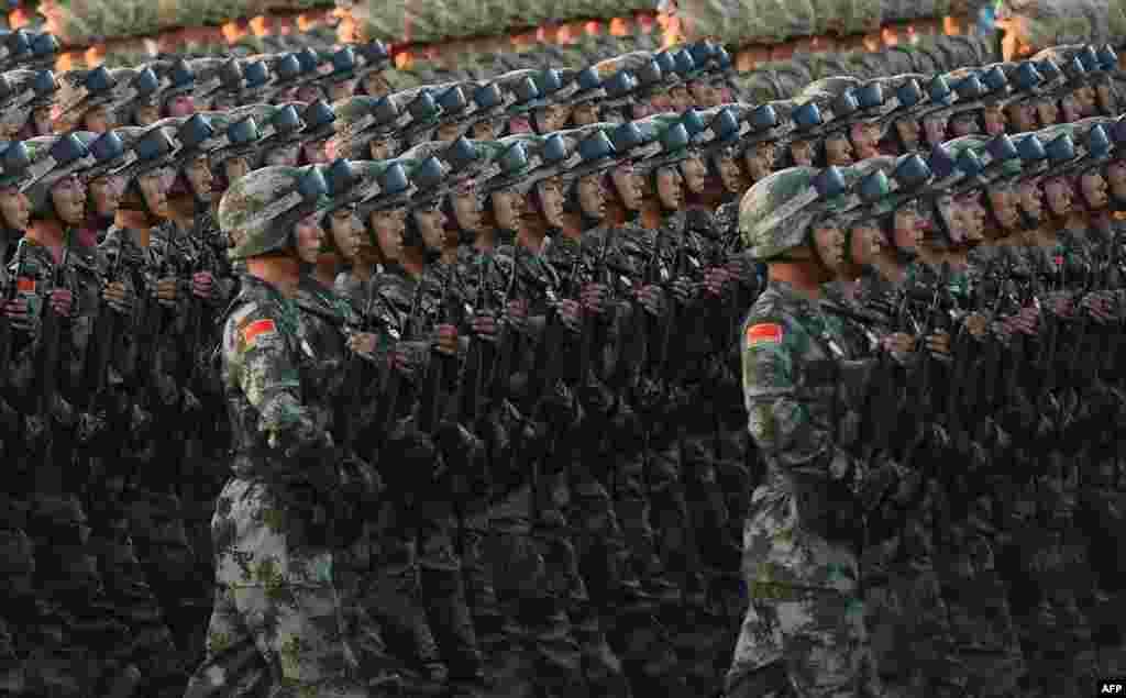Китайські паради славляться своєю синхронністю, і цей не став винятком