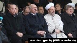 Belarusian President Aleksandr Lukashenka (center) and Turkish President Recep Tayyip Erdogan (left) at the opening of a new mosque in Minsk on November 11.