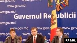 Премьер-министр Молдавии Влад Филат (в центре) уверен в успехе реформ.