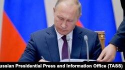 Президент Росії доручив урядові скласти список юридичних і фізичних осіб, проти яких застосують санкції, а також визначити, якими саме будуть обмежувальні заходи