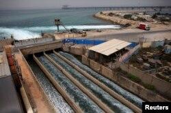 Рассол течет в Средиземное море после прохождения через опреснительную установку в прибрежном городе Хадера, Израиль, 16 мая 2010 года