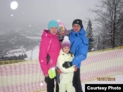 Сергій Іванчук із дружиною й дочками, фото з родинного архіву