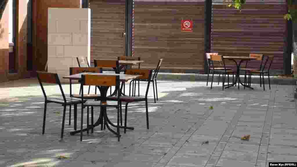 На летней площадке кафе никого нет