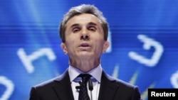 «Миллионерами» спикер назвал четыре оппозиционные партии: республиканцев, консерваторов, «Свободных демократов» и «Народную партию». Именно эти организации недавно получили пожертвования от частных компаний, связанных с бизнесменом Бидзиной Иванишвили