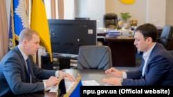 Первый заместитель главы Национальной полиции Украины Вячеслав Аброськин на встрече с первым заместителем постоянного представителя президента в АРК Изетом Гдановым, 24 марта 2018 года