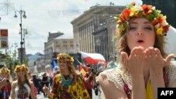 Парад в день открытия Евро-2012 в центре Киева