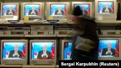 Liderul de la Kremlin Vladimir Putin pe toate ecranele televizoarelor dintr-un magazin de produse electronice