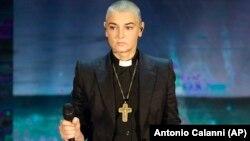 Sinead O'Connor 2014-cü ildə İtaliya telekanalında keşiş qiyafəsində