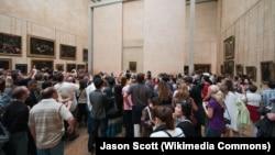 Luvr Muzeyində Mona Lisa portreti qarşısında izdiham