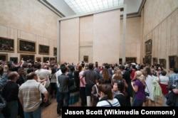 Luvrda Mona Lisa şəkli qarşısında qələbəlik