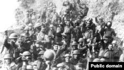 گروهی از سربازان آمریکایی خبر پایان جنگ را جشن گرفتهاند.