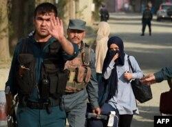 Полиция студентті шабуыл болған маңнан әкетіп барады. Кабул, 24 тамыз 2016 жыл.