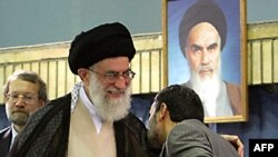 محمود احمدی نژاد شانه های آیت الله علی خامنه ای را در مراسم تنفیذ حکم ریاست جمهوری می بوسد.