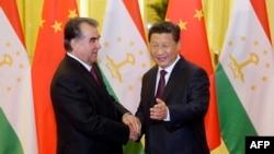 Президент Таджикистана Эмомали Рахмон и глава Китая Си Цзиньпин участвовали в церемонии подписания соглашения о строительстве газопровода. Архивное фото