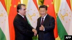 Президент Таджикистана Эмомали Рахмон (слева) и президент Китая Си Цзиньпин. Пекин, 7 ноября 2014 года.