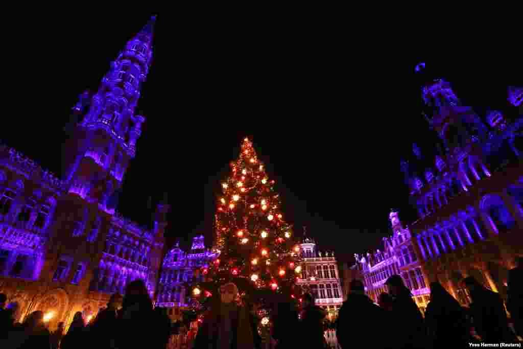 A brüsszeli városháza kivilágított épülete. A karácsonyi készülődés jegyében fényshow-kat rendeznek a város központjában a koronavírus idején is.