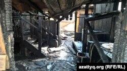 Сгоревший дом в жилом районе у железнодорожного вокзала Алматы-2. Алматы, 7 августа 2015 года.