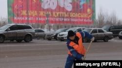 Рабочий чистит дорогу в Астане. Иллюстративное фото.