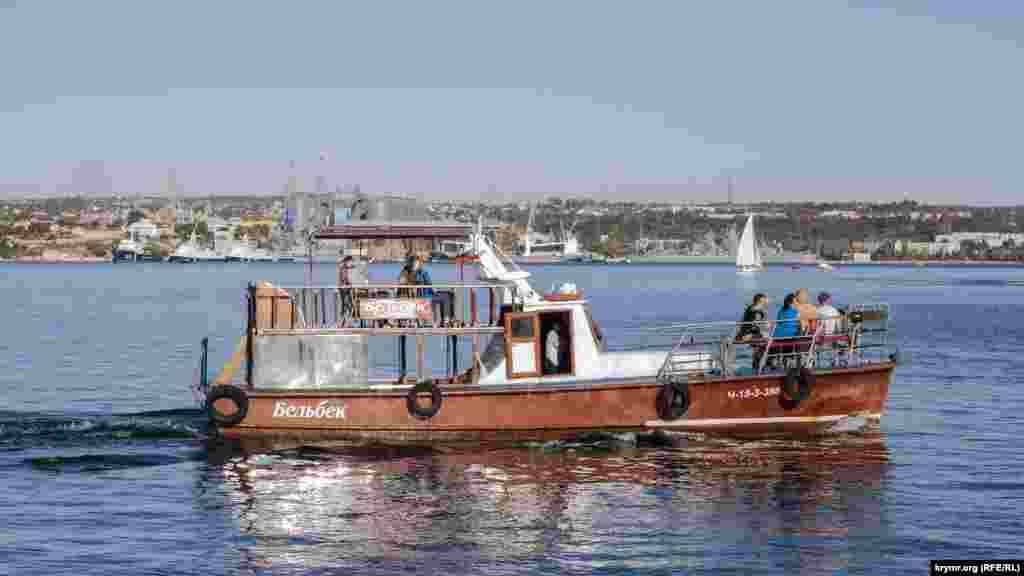 Севастопольская бухта. Здесь курсируют многочисленные суда и катера. Некоторые стоят на приколе