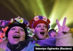 Участницы проевропейских демонстраций в центре Киева встречают Новый год. 1 января 2014 года.
