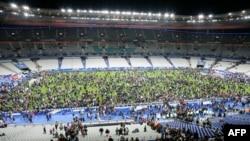 Зрители на стадионе в Париже покинули трибуны, когда услышали взрывы