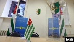 Abxaziya prezident seçkisi üçün Moskvada qoyulmuş seçki qutusu