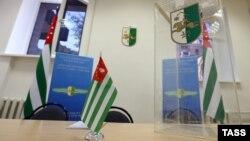 В восемь часов вечера избирательные участки закрылись, и начался подсчет голосов. Председатель ЦИК Батал Табагуа объявил о том, что предварительные итоги голосования он огласит завтра в 12 часов на пресс-конференции