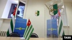 1 марта, в ЦИК Абхазии пришло почти полсотни человек инициативной группы с предложением провести референдум о досрочных выборах президента