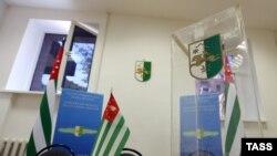 Абхазия президенті сайлауына дауыс беруге арналған, мөлдір заттан жасалған жәшік. Мәскеу, 21 тамыз 2014 жыл. (Көрнекі сурет)