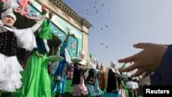 Обряд шашу на праздновании Наурыза. Алматы, 21 марта 2012 года.