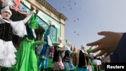 В Алматы празднуют Наурыз. 21 марта 2012 года.