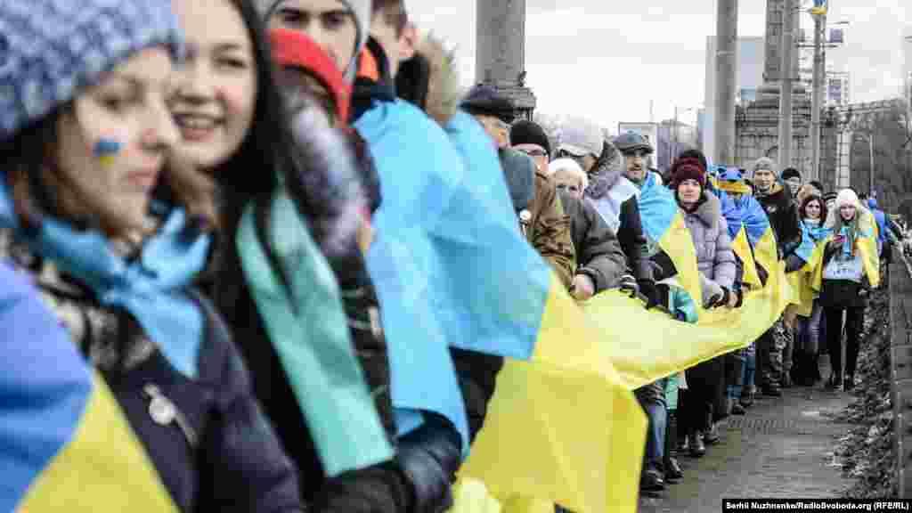 За традицією, з лівого берега йде колона «УНР», з правого – «ЗУНР»