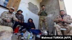 Бойцы проправительственных сил. Снимок сделан к югу от Триполи 12 января 2020 г.