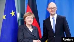 Канцлер Німеччини Ангела Меркель (Л) і прем'єр-міністр України Арсеній Яценюк