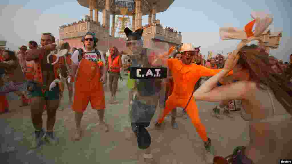 Команда «Морковки» пытается не дать «Маршу кроликов» добраться до чучела «Горящего человека»