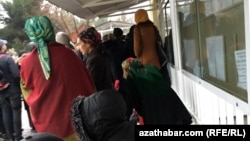 Очередь перед консульским отделом посольства РФ в Туркменистане, Ашхабад (архивное фото)