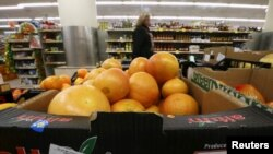 Цитрусовые из Турции в супермаркете в Москве. 1 декабря 2015 года.