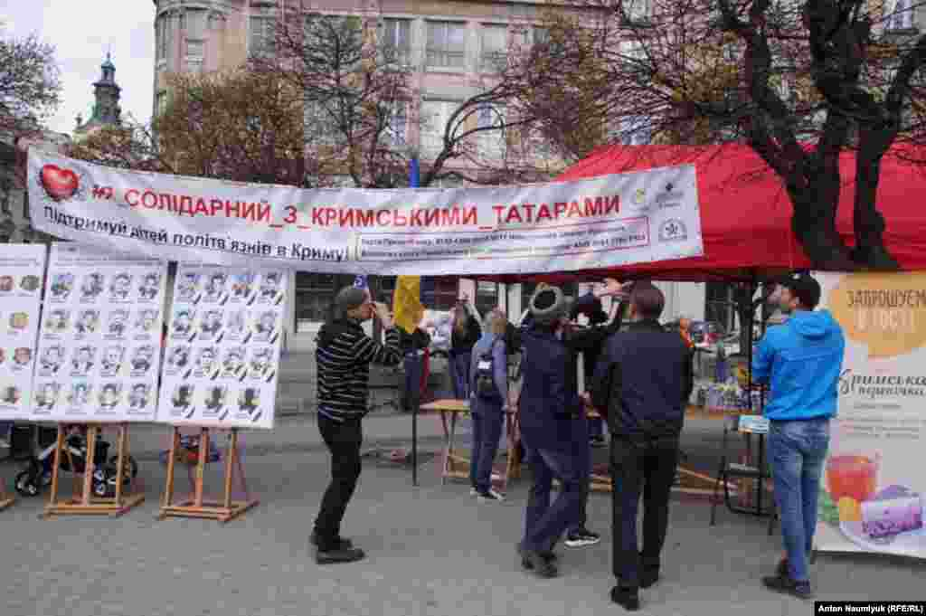 Львовские волонтеры организовали кухню на улице, чтобы готовить крымскотатарские блюда. Тут же продают ручные изделия, а вырученные за них деньги направят на помощь детям арестованных крымчан