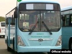 Türkmənistanda prezidentin şəkli avtobusda