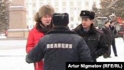 Нұрсұлтан Назарбаевтың өкілетін ұзартуға қарсы шыққан Лұқпан Ахмедьяровты (сол жақ шетте) полиция ұстады. Орал, 6 қаңтар 2011 жыл.