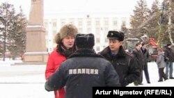 Полицейлер «Уральская неделя» газетінің журналисі Лұқпан Ахмедияровты ұстады. Орал, 6 қаңтар 2011 жыл.