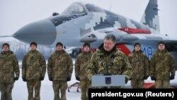 Украин президенти Петро Порошенко аба күчтөрүнүн аскерлери менен жолугушууда. 1-декабрь, 2018-жыл.