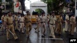 نیروهای پلیس هند در جاده منتهی به محل سکونت میمن